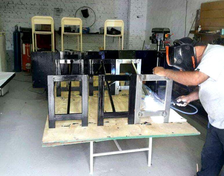 El Taller Municipal de Oficios continúa con la recuperación del mobiliario de las escuelas públicas del distrito
